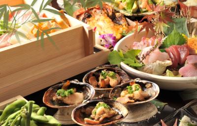 活きのいい鮮魚を使い、四季折々の趣向を凝らした料理をご提供しています。