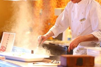 レストランのオープンキッチンにて、作りたての料理をお客様にご提供することもあります◎