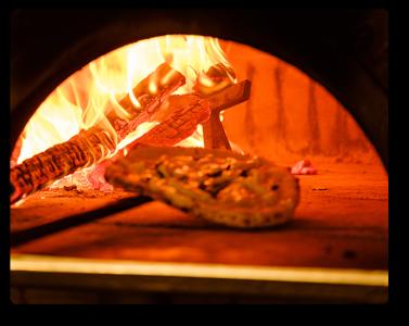 本格的な専用オーブンで焼き上げるピザやロティサリーチキンが自慢です。
