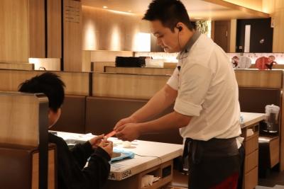 中国だけでなく海外にも進出している大手チェーン店でホールスタッフを募集します!