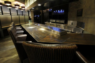 東京都内の串揚げ・鉄板焼・和食居酒屋などの複数店舗をまとめるエリアマネージャーへ。