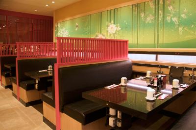 カウンターや、タッチパネルでオーダーを受け付ける「流れ寿司」のコーナーも設置。