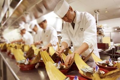 経験豊富な料理長のもと、和食の調理経験を活かしてさらに調理スキルをレベルアップしませんか。