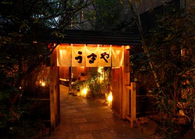 東京赤坂にある赤坂うまや本店は予約が取れない繁盛店。本格炭火焼と九州食材が人気