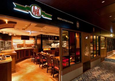 キリンとアサヒとのコラボにより実現したビアレストラン『A&K』。国内外のドラフトビールが圧巻
