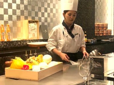 名古屋市内で展開している高級鉄板焼き店や、カフェ&レストランの店舗スタッフ。