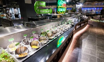 カスタムサラダコーナー。ずらりと並んだ野菜、材料とトッピングからオリジナルサラダを作れます。