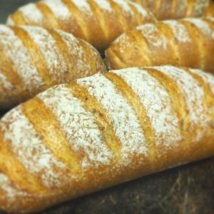 リーズナブルで種類豊富なパンがずらりと並んでます♪
