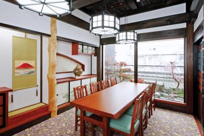 日本庭園を眺めながら、落ち着いて食事ができる完全個室。接待や慶事・法事などに重宝されています。