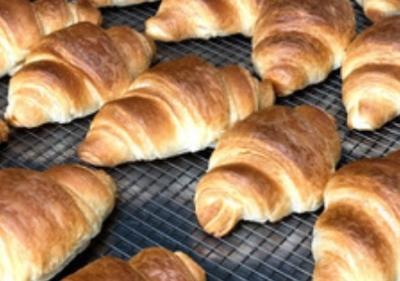 クロワッサンやメロンパンなど、手作業で成型を行なうメニューもあります。