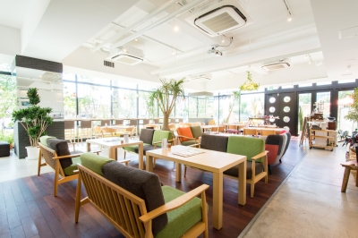 海外でも活躍するプラントハンターがプロデュースしたガーデンが併設されるオシャレなカフェで働こう!