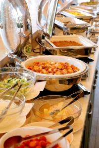 ホテルレストランではブッフェスタイル、ゴルフ場レストランでは定食などがメインです