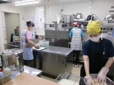下処理・調理・盛りつけ・洗浄もみんなで協力して仕事をすすめています