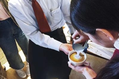 おいしいコーヒーを淹れる研修もしっかり。