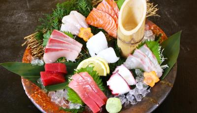 新鮮な魚介類をふんだんに使用した名物の造り盛りです。