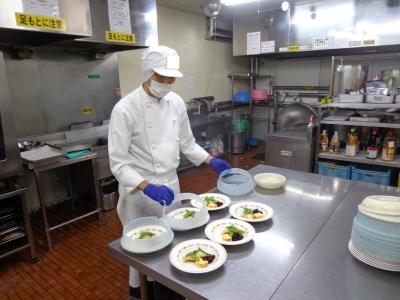 30~40代活躍中!給食が未経験でも、常にほかの社員がサポートしますのでご安心を。