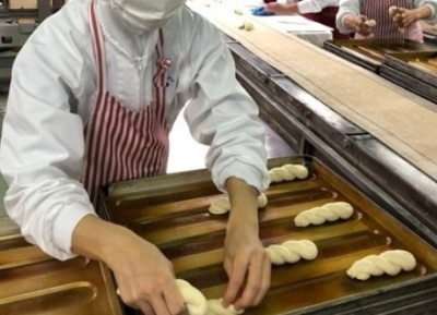 給食用ごはん1日13万食、パン7万食を作る工場での製造職!土曜日定休など、働きやすい待遇が充実。