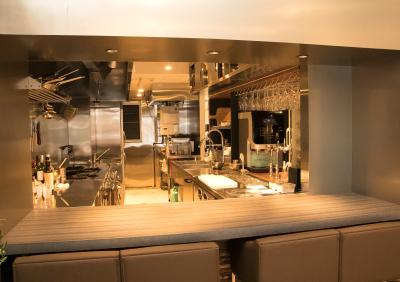 オープンキッチンでお客様の反応をダイレクトに感じられます。