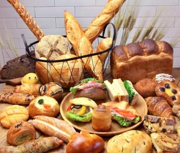 おなじみの食事パンやハード系から、菓子パン、調理パンなど150種類以上のパンを展開しています。