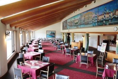 30代~50代の女性スタッフが多数活躍中!美しいゴルフコースを見ながら食事がとれる場内レストラン