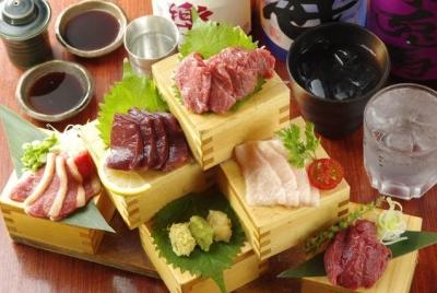 厳選した馬肉の、さまざまな部位をさまざまな調理法で提供。桜鍋、馬刺し盛りは絶品です!