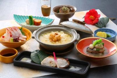 季節の味覚、うにめしです。通常のうに丼とは異なる雑炊状のご飯で、ここだけの味を提供します。