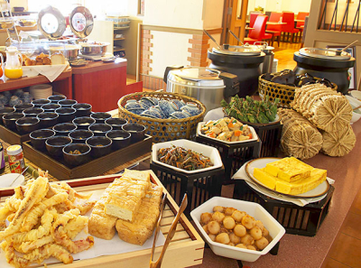 和洋の朝食バイキングは宿泊客から特に人気です。