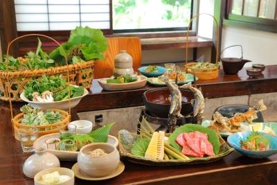 囲炉裏では、奥美濃の川魚や山菜などが食卓を彩ります