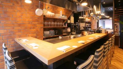 オープンキッチンでお客様の目の前で豪快に調理します。