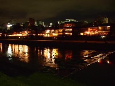 鴨川沿いで、趣のある街に佇んでいます。