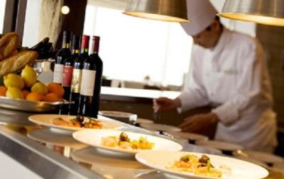 最上階のメインダイニングでは、山海の幸をふんだんに盛り込んだ料理でお客様に至福の一時をお届け。