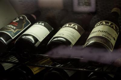 接客だけでなく、ワインの知識やマネジメントまで、幅広く学べます
