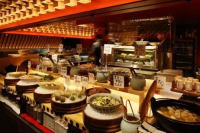<和食居酒屋>店内中央に季節の食材を使ったおばんざいが並んでいます。