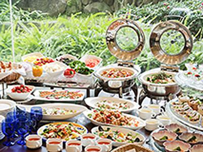 ご朝食からディナーまで、気軽にご利用いただける明るく開放的なカフェレストランではバイキングも実施