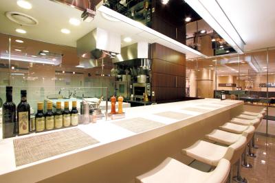 カウンター席の前のオープンキッチンで、和洋中多彩なメニューを調理しています