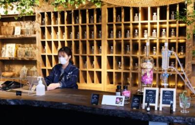 バラ農家をイメージしたレストラン。花や緑に囲まれてアルバイトできる環境です◎