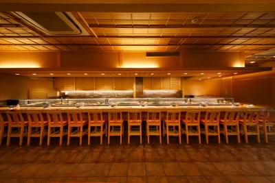 上野店は、木目を基調とした落ち着いた和の空間。126席と大型の店舗です。