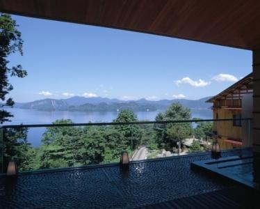 十和田湖を一望できる「絶景の眺望」が自慢の大浴場。展望露天風呂からの眺めに、心も洗われます