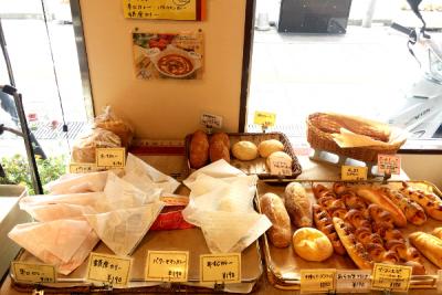 店内には、常時80種以上のパンをラインナップ