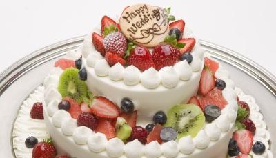 新郎新婦の門出を祝ったオーダーメイドのウエディングケーキの制作もしています。