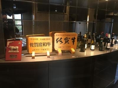 佐賀牛などのブランド牛も提供しています。お肉に合うワインやお酒をオススメするのも仕事の一つです。