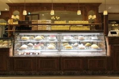 店頭に並ぶケーキは月替わり。年間50種類以上が登場します。