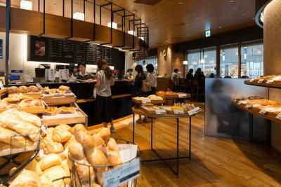 店内はいつもパンの香ばしい香りがいっぱい。ベーカリーダイニングなど、新業態も展開しています!