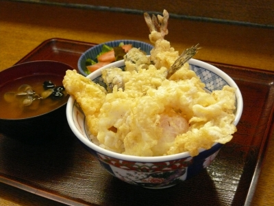 新鮮な魚や野菜を揚げたてで提供する小さな天ぷらのお店で、調理補助スタッフを募集!