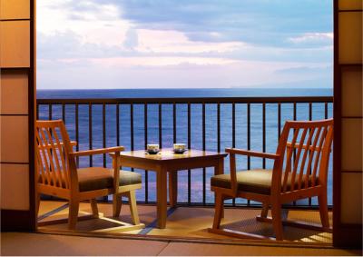 静かな海沿いに位置し、全室オーシャンビューの絶景が臨めます。