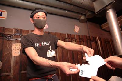 一部ブランドでは、感染対策として独自開発の飛沫防止用ポータブルマスクを配布中!