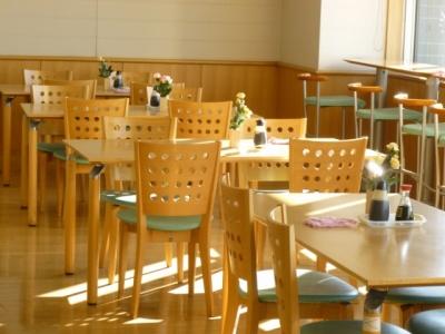 明るく開放的な店内は、一般的なレストランとほぼ同じ◎