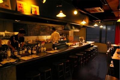 酒店が営む多国籍バーまたはワインビストロで、ホールスタッフを募集
