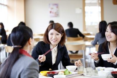 社員食堂では味も見た目にも美味しく、健康的な料理を提供します。