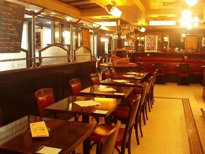 オープンカフェを日本に広めた有名店。肩肘はらずに料理やおしゃべりを楽しめる場所です。